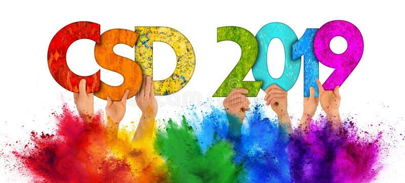 La gente che sostiene l'arcobaleno variopinto di CDD 2019 di legno di giorno della via di Christopher che segna la spruzzata con  fotografia stock