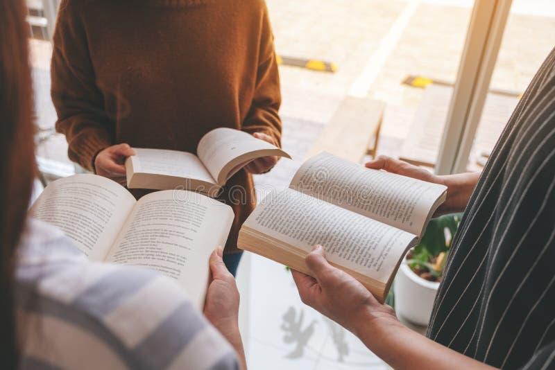 La gente che sta insieme in cerchio e libri di lettura goduti di fotografia stock libera da diritti