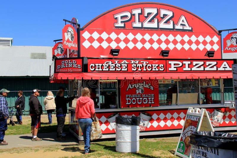 La gente che sta intorno, aspettando la loro fetta di pizza, Washington County Fairgrounds, Greenwich, New York, 2016 immagini stock libere da diritti