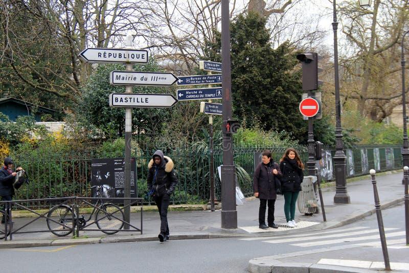 La gente che sta sull'angolo di strada, luce aspettante per cambiare, Parigi, Francia, 2016 immagine stock libera da diritti
