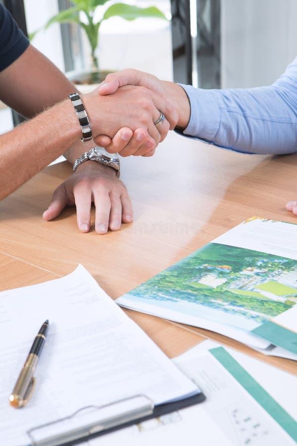 La gente che stringe le mani nel fondo dell'ufficio immagini stock libere da diritti