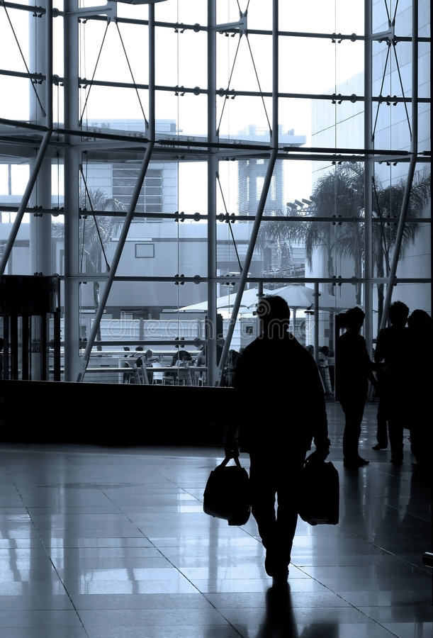 La gente che viaggia all'aeroporto fotografia stock