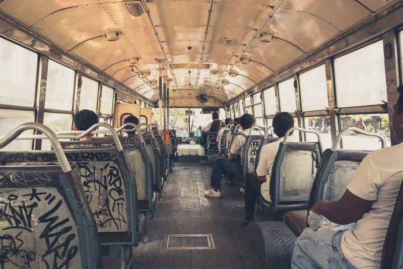 La gente che viaggia dentro il bus pubblico a Bangkok, Tailandia immagine stock