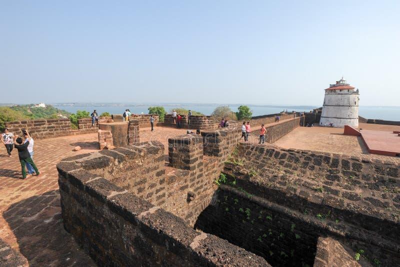 La gente che visita il Aguada forte su Goa, India fotografia stock