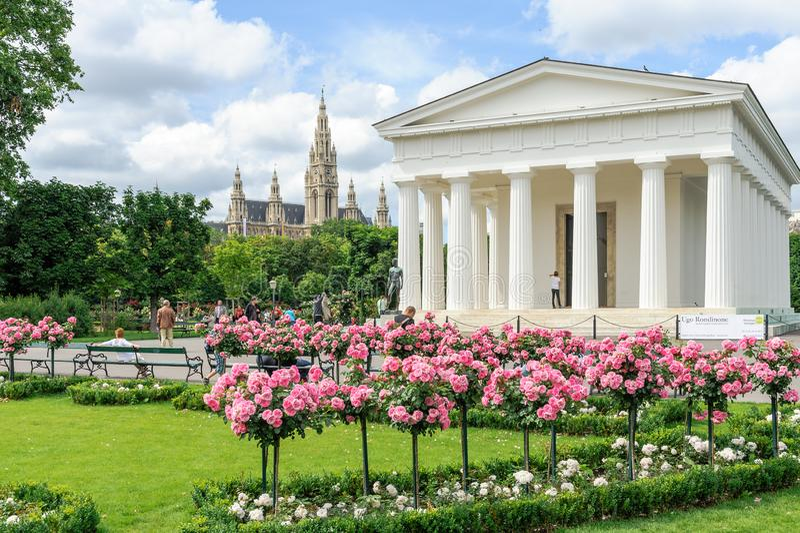 La gente che visita il parco di Volksgarten ed il tempio di Theseus, Vienna, Au immagini stock