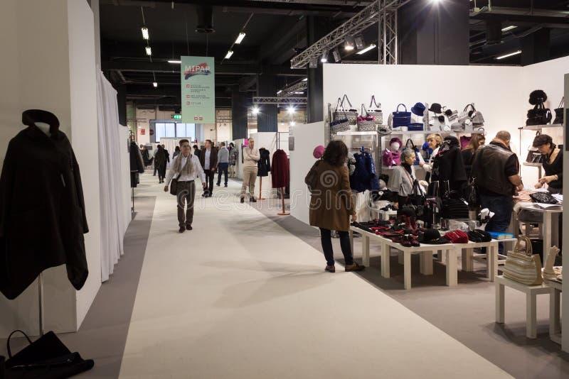 La gente che visita la fiera commerciale di Mipap a Milano, Italia fotografie stock libere da diritti
