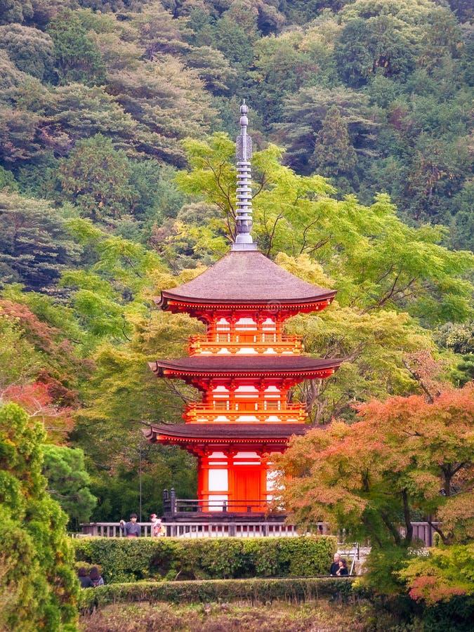 La gente che visita la pagoda di Koyasu al tempio di Kiyomizu-dera a Kyoto fotografia stock libera da diritti