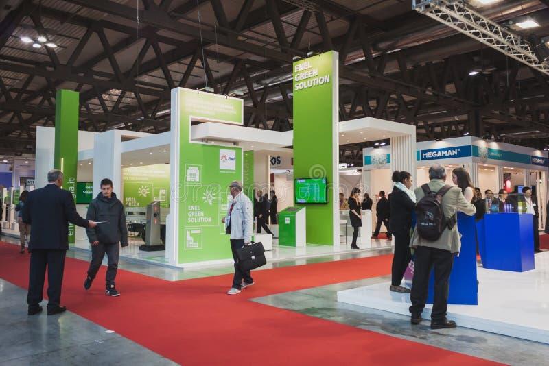 La gente che visita Solarexpo 2014 a Milano, Italia fotografie stock