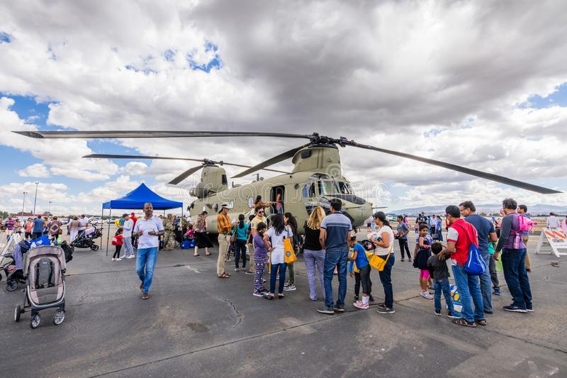 La gente che visita un elicottero militare fotografia stock