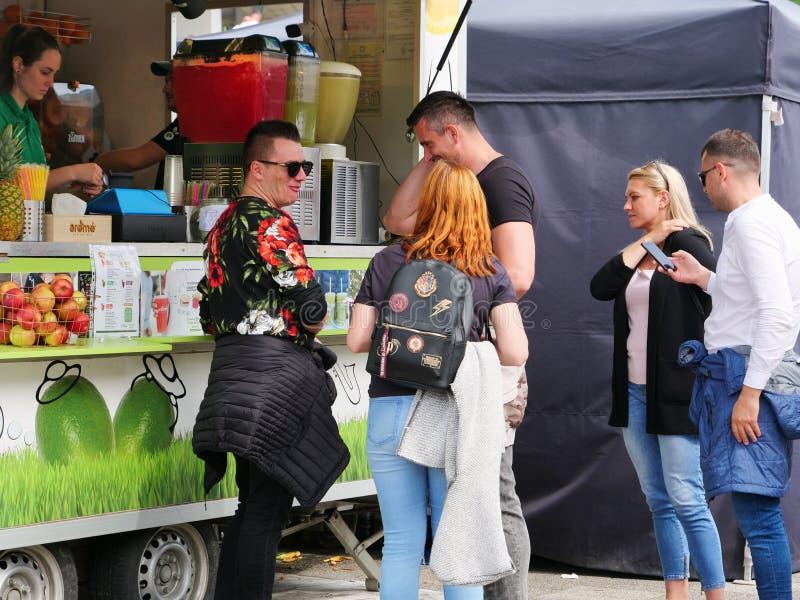 La gente compra gli alimenti a rapida preparazione dai camion dell'alimento immagini stock libere da diritti