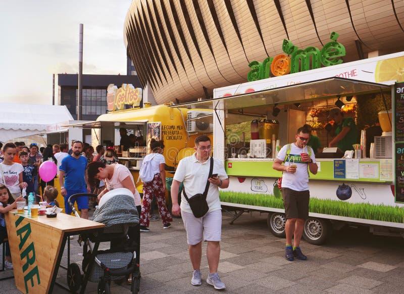 La gente compra gli alimenti a rapida preparazione e le bevande ai camion dell'alimento immagini stock libere da diritti