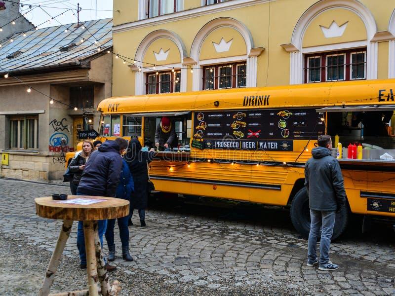La gente compra l'alimento ad un truckCluj-Napoca giallo dell'alimento, Romania della via - 17 dicembre 2016: La gente compra l'a fotografia stock