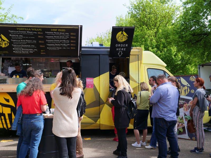 La gente compra l'alimento della via dai camion dell'alimento fotografie stock libere da diritti