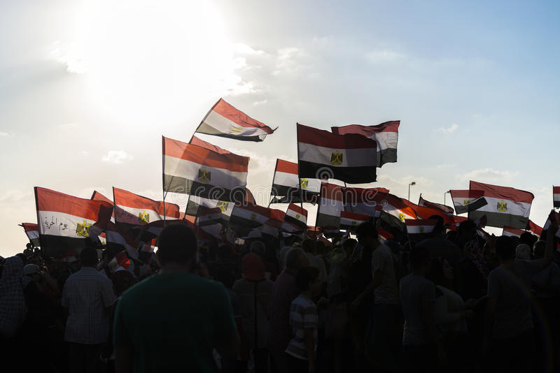 La gente con le bandiere egiziane fotografia stock