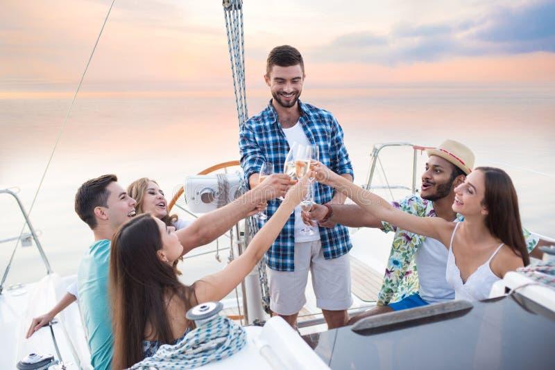 La gente con le bevande sull'yacht fotografia stock libera da diritti