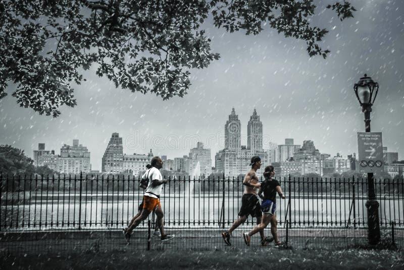 La gente corre en días nevosos en Central Park, Nueva York imagen de archivo libre de regalías