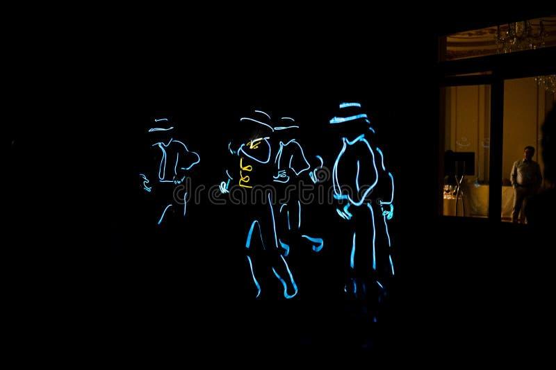 La gente in costumi d'ardore che ballano nello scuro fotografia stock libera da diritti