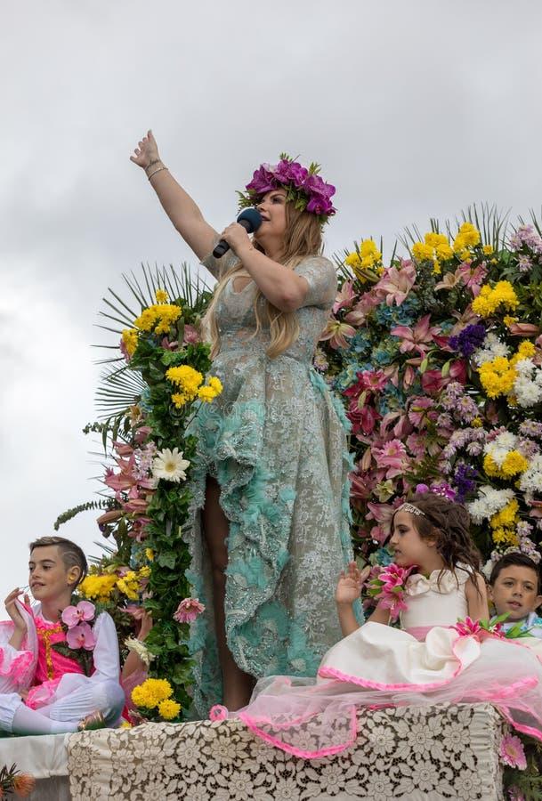 La gente in costumi variopinti sul galleggiante floreale alla parata di festival del fiore del Madera a Funchal sull'isola del Ma fotografie stock libere da diritti