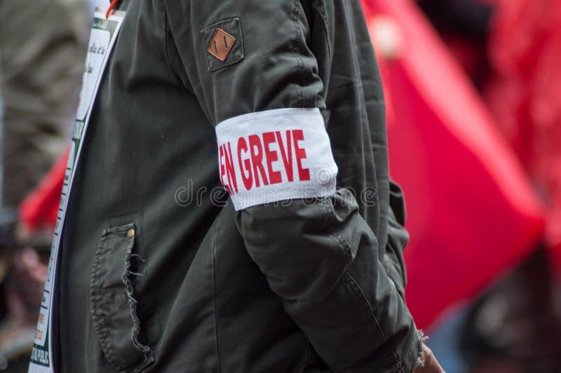 la gente da servizio pubblico che protesta con le bandiere contro gli stipendi più bassi e le nuove riforme dal governo con un wr immagine stock libera da diritti