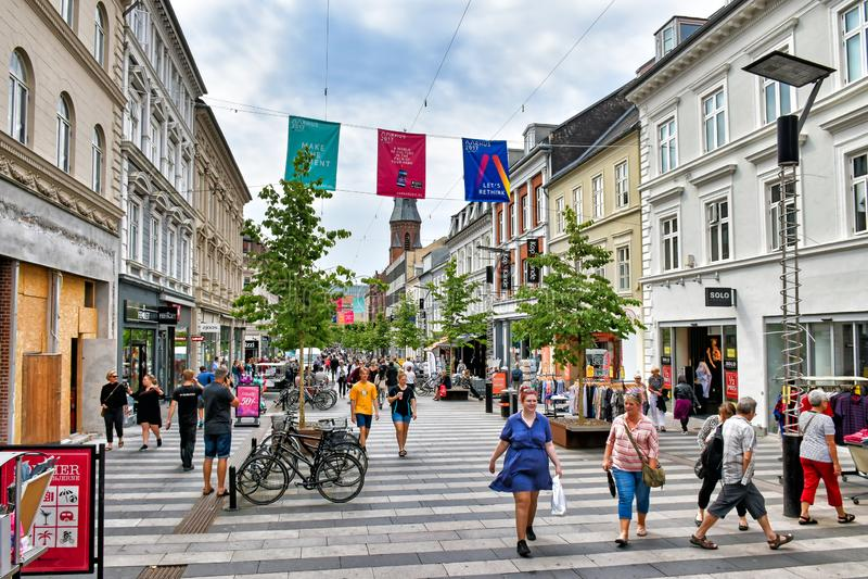 La gente da un paseo a lo largo de la milla que hace compras Ryesgade en el centro de la ciudad danesa de Aarhus imágenes de archivo libres de regalías