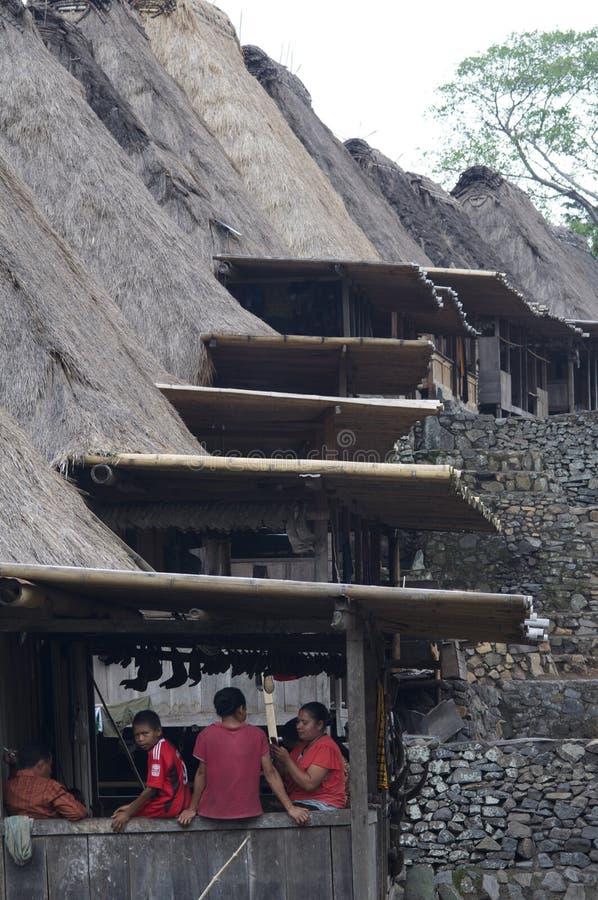 La gente dal villaggio tradizionale di Bena del villaggio sull'isola Indonesia del Flores immagine stock