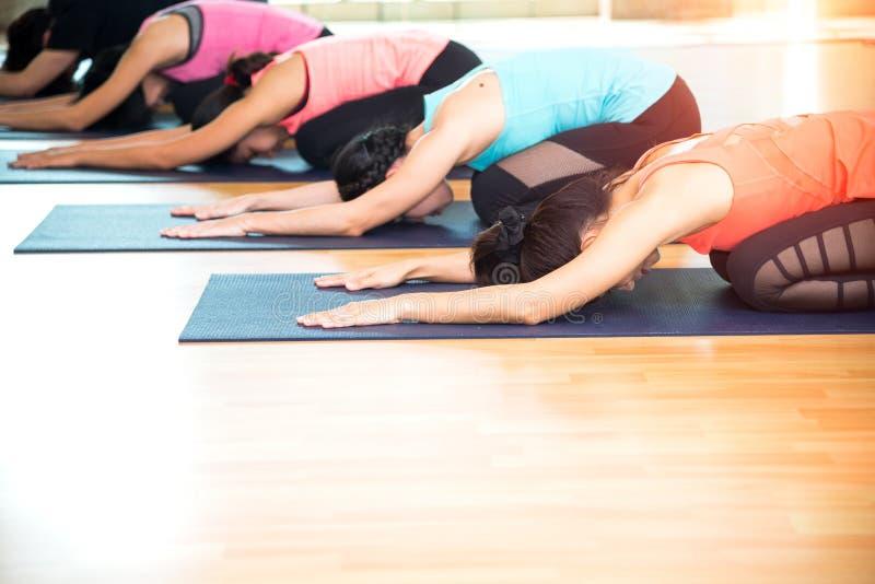 La gente de Asia que practica y que ejercita vital medita yoga en clase imagen de archivo libre de regalías