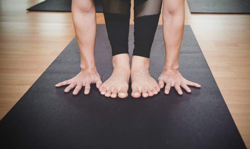 La gente de Asia que practica y que ejercita vital medita yoga en clase fotografía de archivo