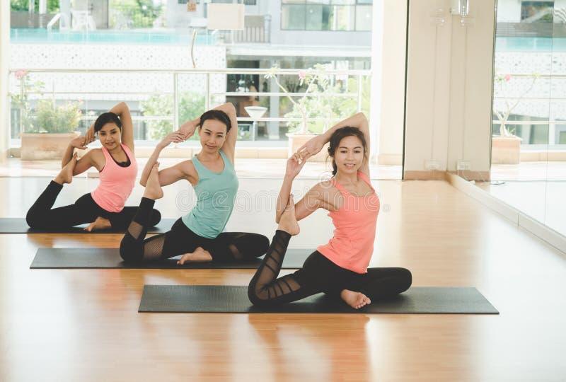 La gente de Asia que practica y que ejercita vital medita yoga en clase fotografía de archivo libre de regalías