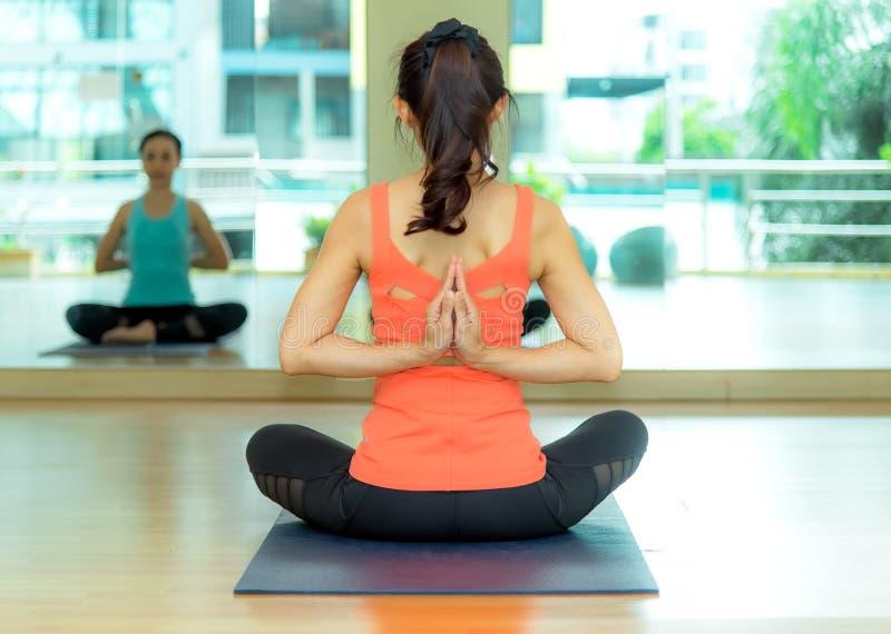 La gente de Asia que practica y que ejercita vital medita yoga en clase imagen de archivo