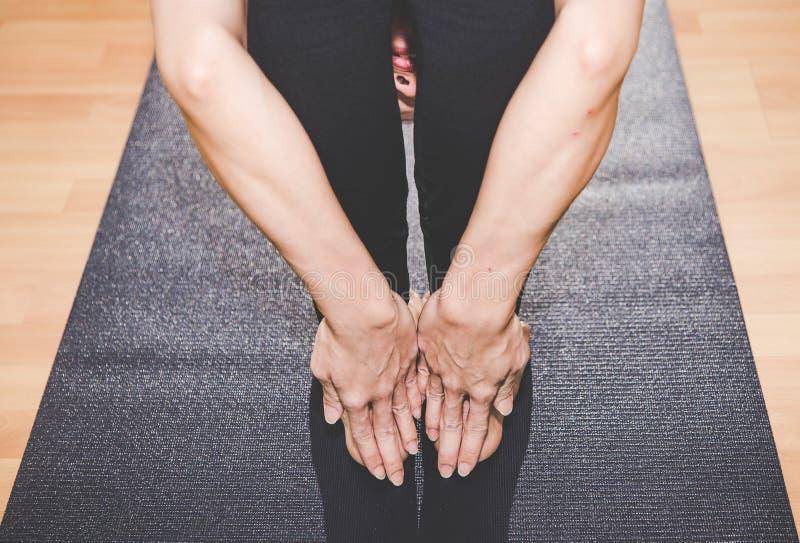 La gente de Asia que practica y que ejercita vital medita yoga en clase foto de archivo libre de regalías