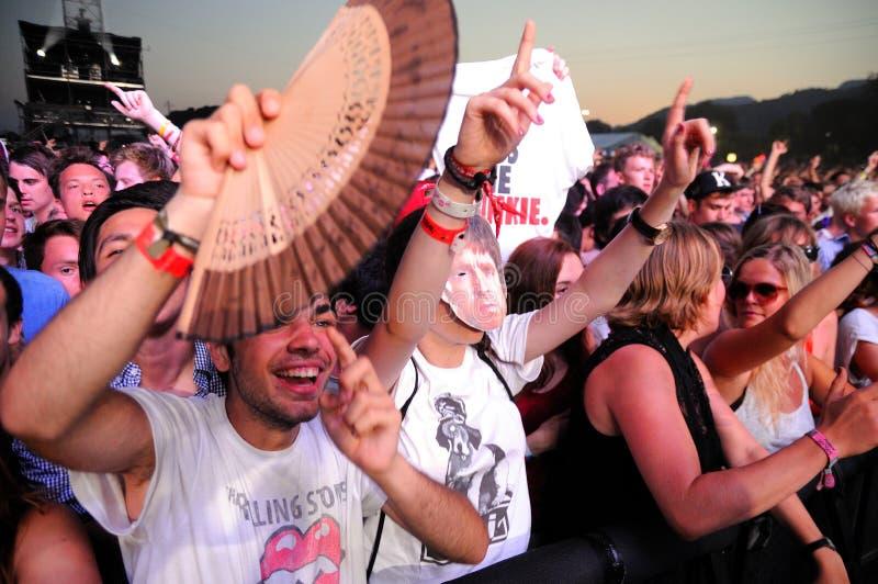 La gente de la muchedumbre (fans) mira un concierto en el festival de la BOLA fotos de archivo libres de regalías
