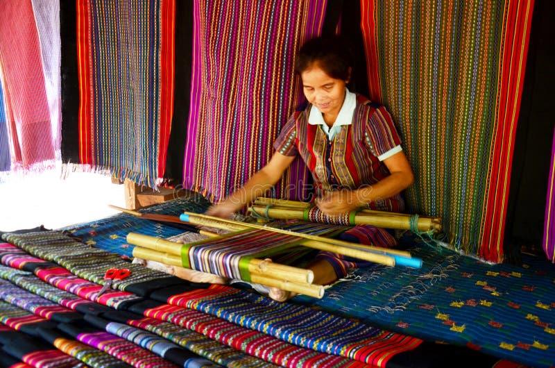La gente de las mujeres de Laos teje los paños y el paño de la venta para la demostración y la venta imagen de archivo libre de regalías