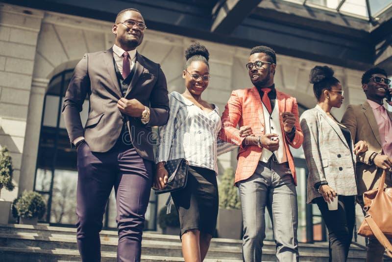 La gente de lujo impresionante está caminando en el país extranjero foto de archivo libre de regalías