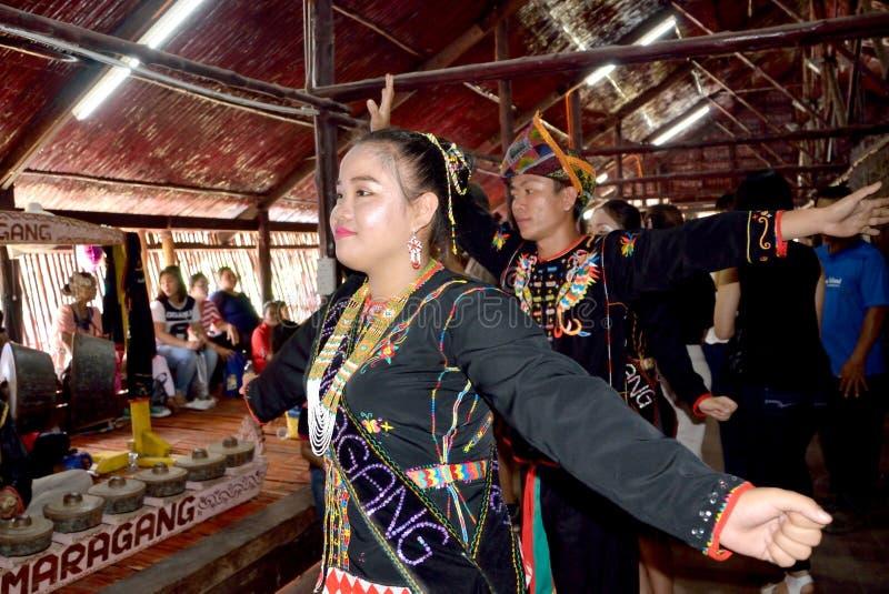La gente de Rungus realiza una danza tradicional foto de archivo libre de regalías