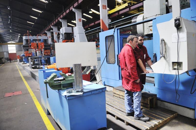 La gente degli operai in fabbrica fotografia stock libera da diritti
