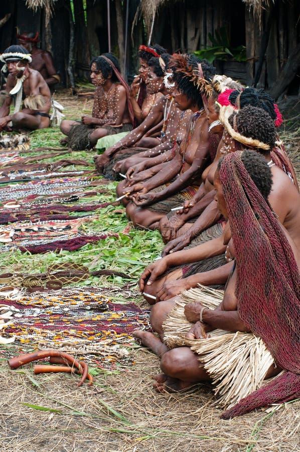 La gente dei ricordi tradizionali di vendita tribale di Papuan immagini stock libere da diritti
