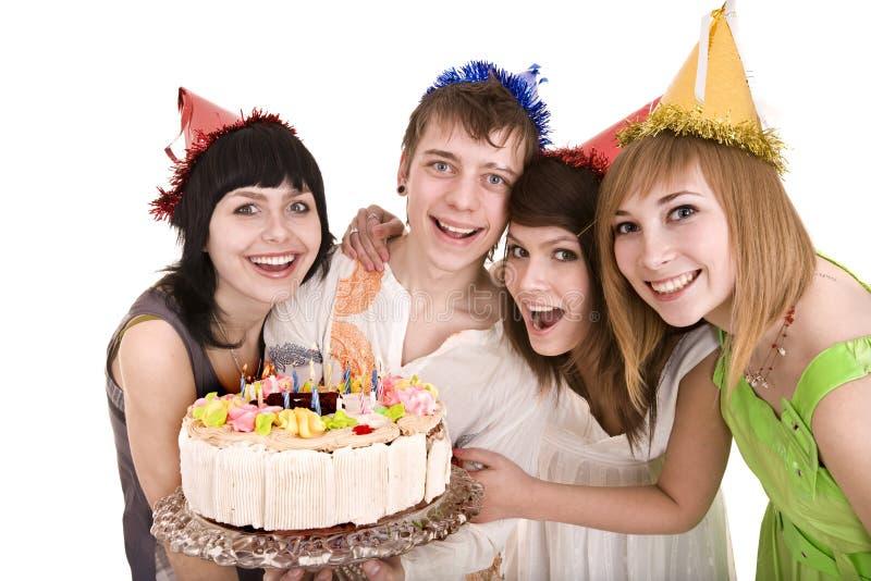 La gente del grupo con la torta celebra feliz cumpleaños imagen de archivo