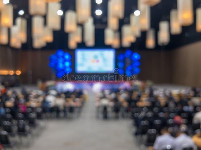 La gente del gruppo sulla grande sala per conferenze di seminario fotografia stock libera da diritti