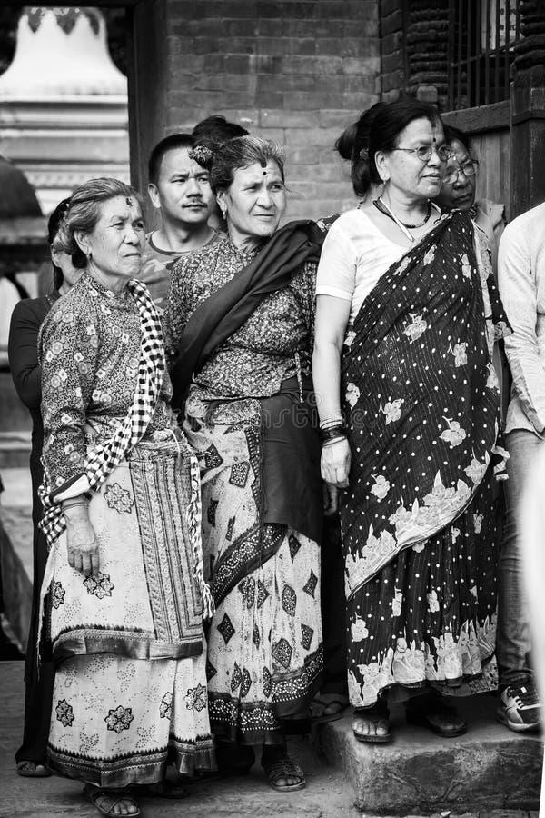 La gente del Nepal, donne nepalesi con il loro abbigliamento tradizionale fotografia stock