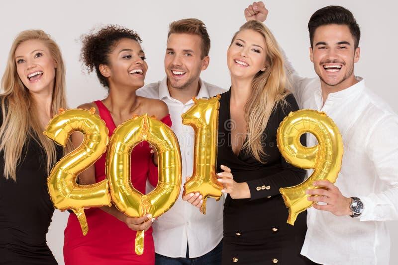 La gente del partito che celebra vigilia dei nuovi anni fotografia stock
