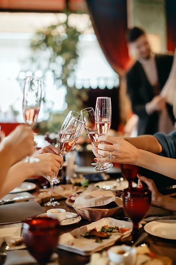 La gente del raccolto con i bicchieri di vino in ristorante fotografia stock