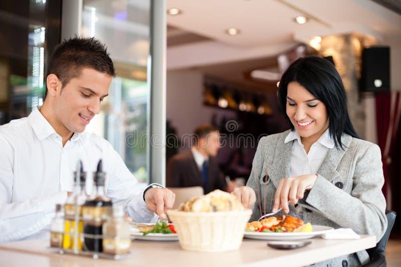 La gente del ristorante del pranzo di lavoro che mangia pasto fotografia stock libera da diritti