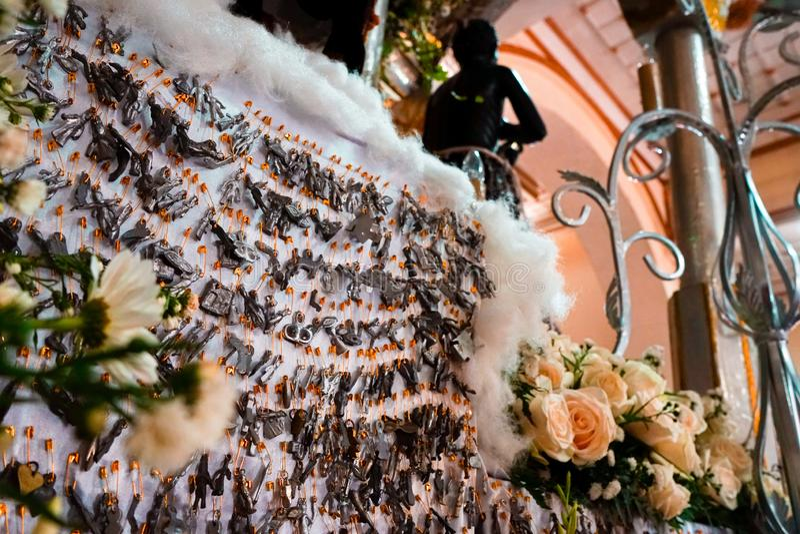 La gente della chiesa crede il concetto religioso di tradizione di fede da America Latina immagine stock