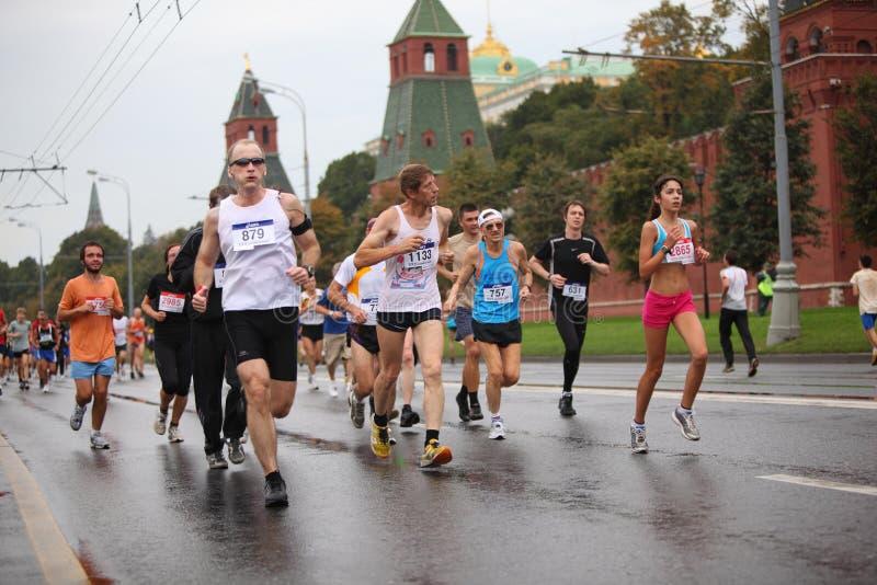 La gente della folla funziona sull'argine del Kremlin fotografia stock libera da diritti