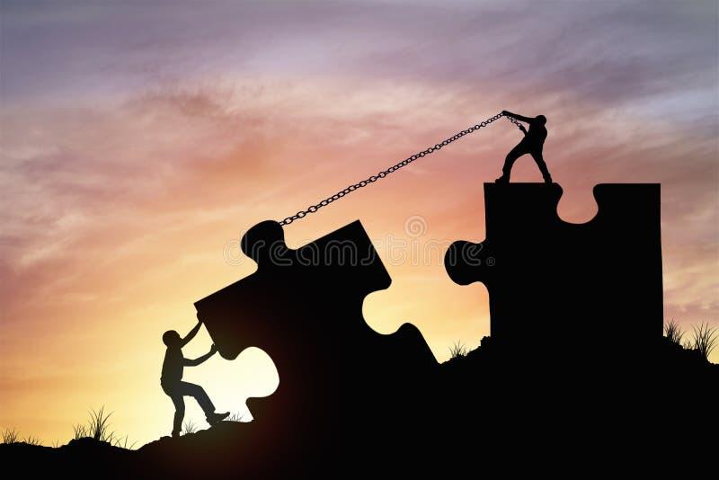 La gente della siluetta che contribuisce a collegare puzzle fotografia stock libera da diritti