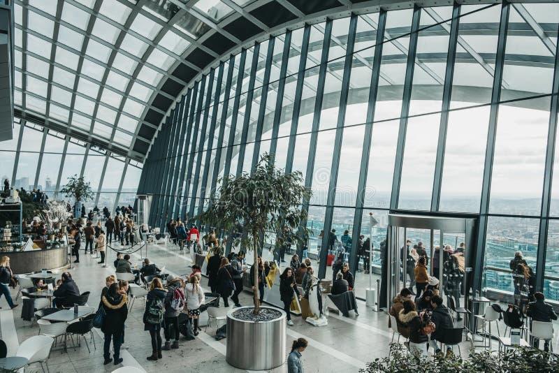 La gente dentro il giardino del cielo, Londra, Regno Unito fotografie stock libere da diritti