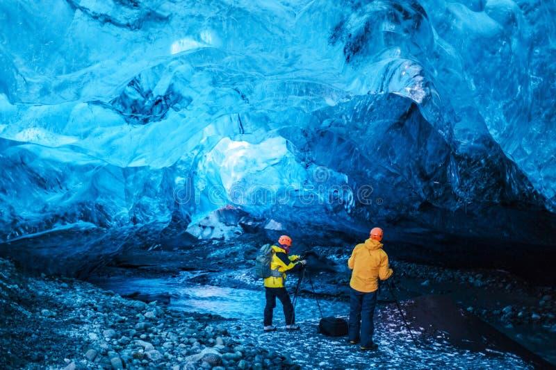 La gente dentro la caverna di ghiaccio fotografia stock libera da diritti
