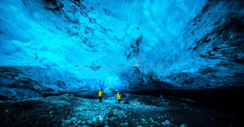 La gente dentro la caverna di ghiaccio immagine stock libera da diritti