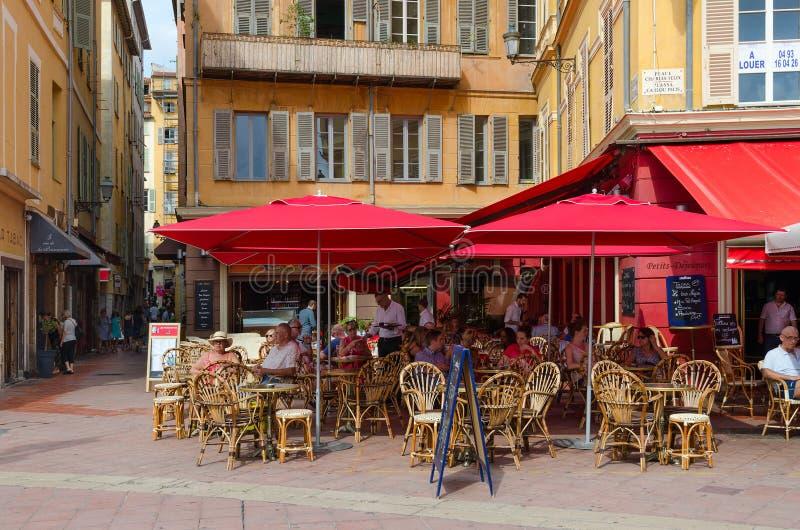 La gente descansa en café al aire libre en Charles Felix Square en la ciudad vieja, Niza, Francia fotografía de archivo