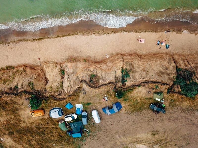 La gente descansa sobre la playa salvaje con sus familias fotografía de archivo